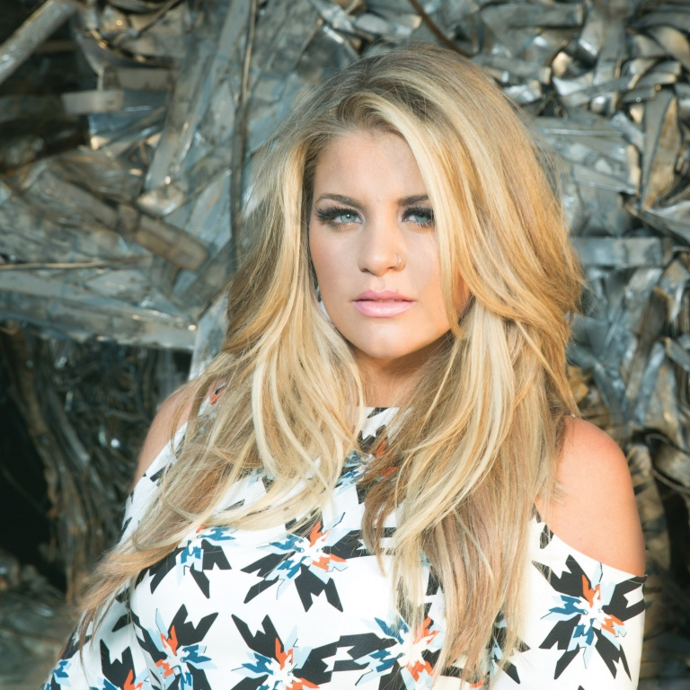 LAUREN ALAINA REVEALS 21 THINGS YOU PROBABLY DIDN'T KNOW ABOUT HER.