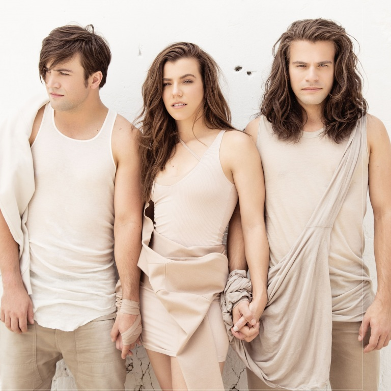 THE BAND PERRY WILL GET A 'TASTE' OF THE NFL.