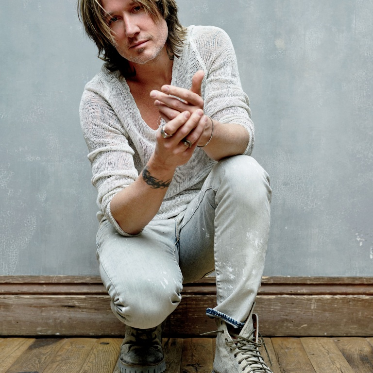 KEITH URBAN RINGS IN THE NEW YEAR IN NASHVILLE AND PAYS TRIBUTE TO SOME OF THOSE WE LOST LAST YEAR.