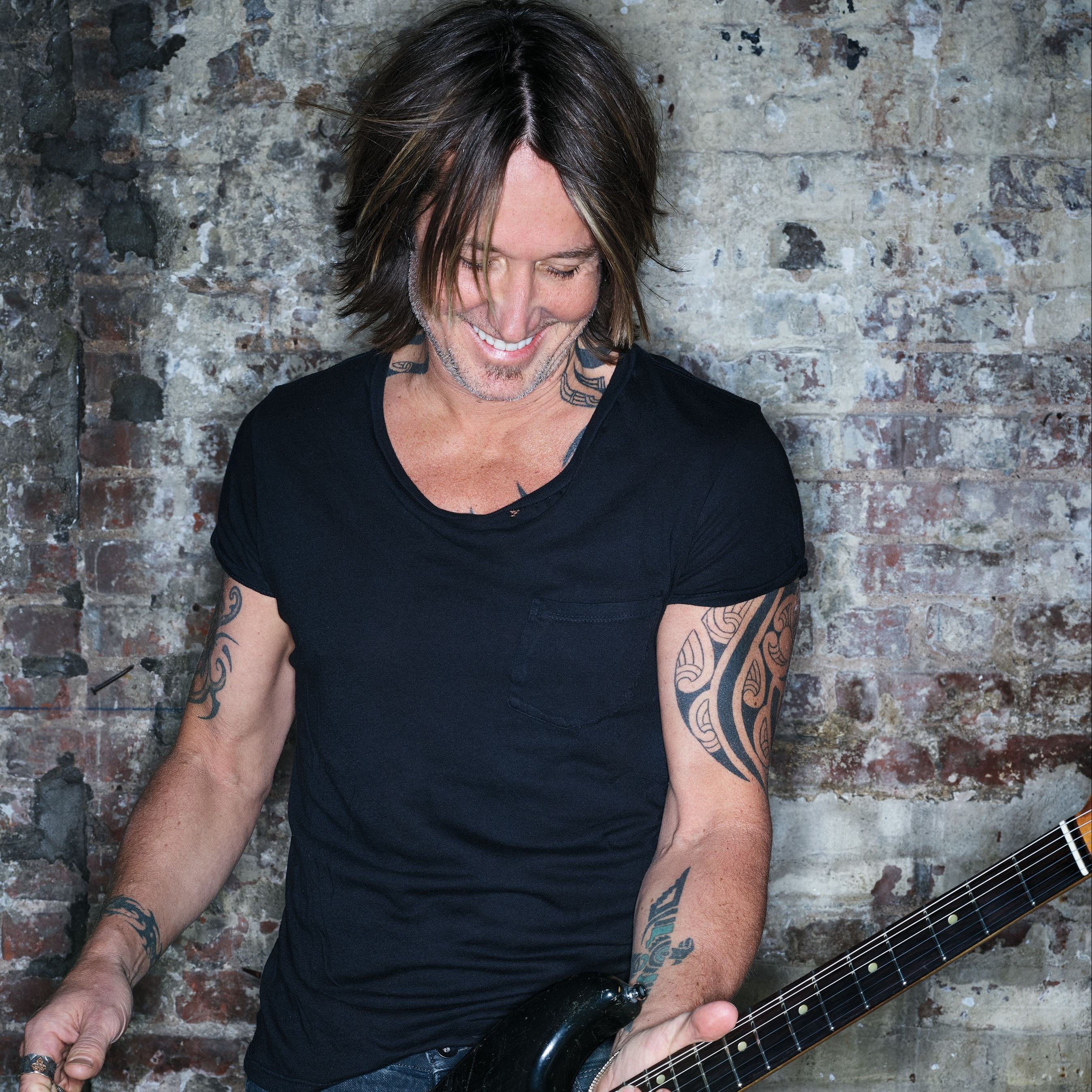 "KEITH URBAN PREFERS ""COMING HOME"" TO HIS FAMILY."
